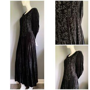 vintage Nostalgia : embroidered black velvet maxi